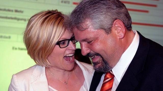 Yvonne Beutler (links) freut sich mit Stadtpräsident Michael Künzle (rechts) über seine Wahl 2012.