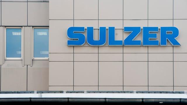 Ein Gebäude mit der Sulzer-Aufschrift.