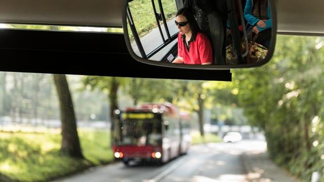 Sicht aus einem Bus auf einen kreuzenden Bus.