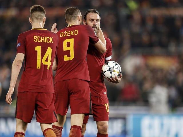Drei Roma-Spieler jubeln.