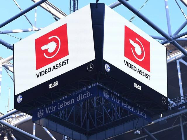 Der Videobeweis auf der Anzeigetafel.