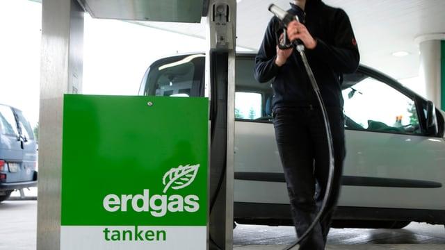 Ein Auto an einer Zapfsäule mit der Aufschrift «Erdgas tanken».