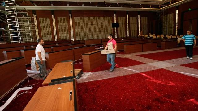Arbeiter richten im Juli 2012 die Räumlichkeiten in Tripolis her. Hier tagt die Nationalversammlung.