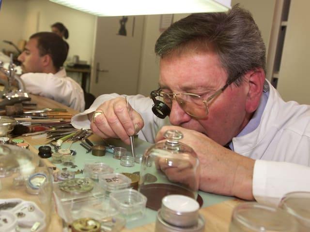 Roger Dubuis arbeitet an einer Uhr.