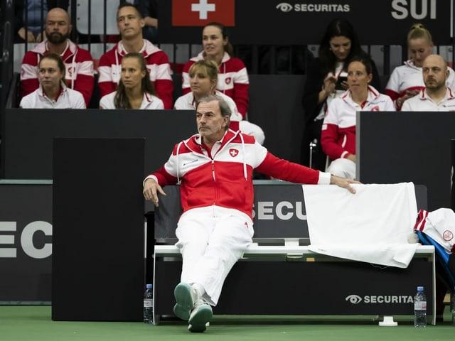 Die Schweizerinnen um Teamcaptain Heinz Günthardt.