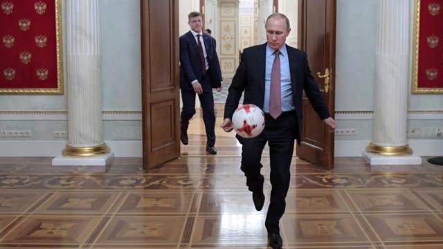Putin jongliert mit einem Fussball.