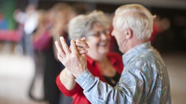 Ein älteres Paar tanzt zusammen.