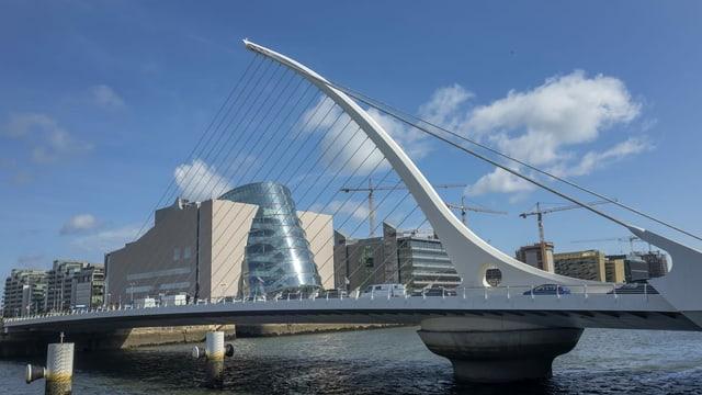 Eine moderne Seilbrücke in Dublin