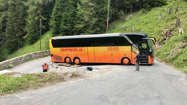 Il bus memia grond ha bloccà la via dal Pass da l'Alvra.
