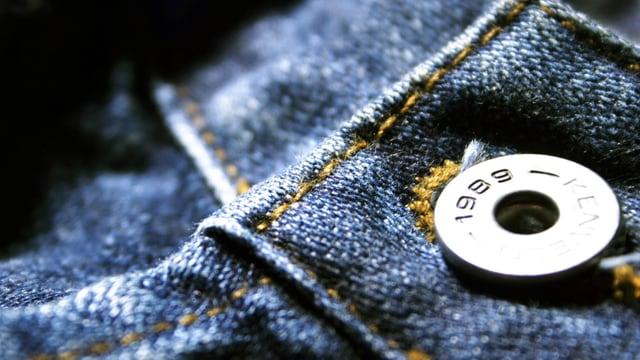 Eine Jeans in Nahaufnahme mit Knopf.