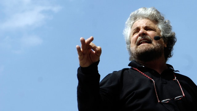 Porträt vom italienischen Komiker Beppe Grillo während einer Rede.