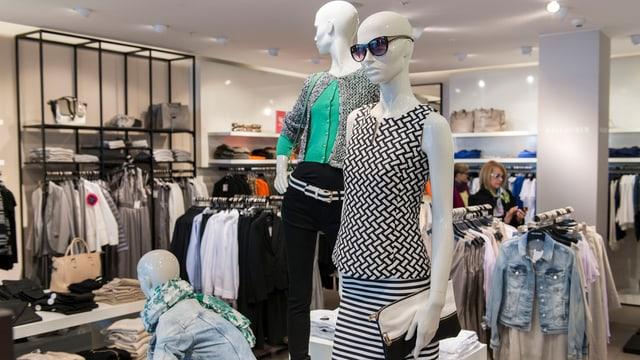 Blick in ein Schweizer Kleidergeschäft.