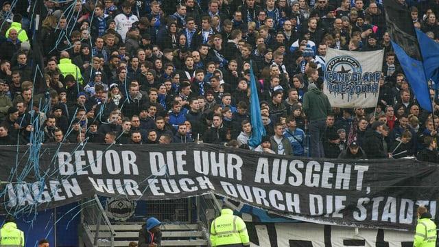 HSV-Fans mit Plakat.