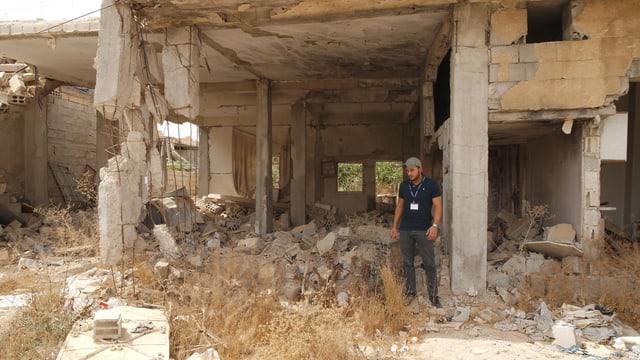 «Aramaic Relief»-Gründer Severiyos Aydin in einem zerstörten Haus in Homs.