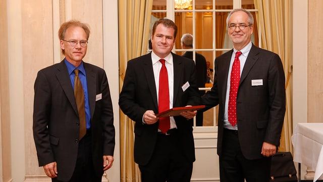 Andreas Schaffner (m.) mit Jury-Präsident Otfried Jarren (r.) und «Private»-Herausgeber N. Bernhard