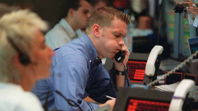 Ein Mann mit aufgeblasenen Backen am Telefon.