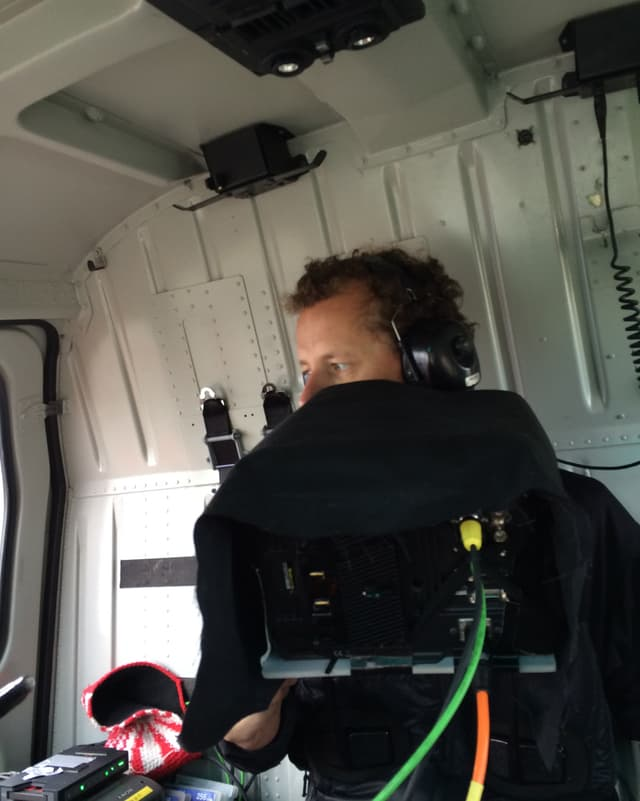 Samuel Gyger bei der Arbeit im Helikopter.