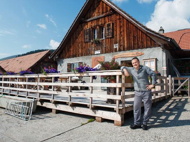 Moderator Oliver Bono zieht als Hilfskraft auf die Alp Malbun.