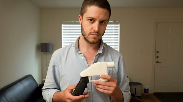 Cody Wilson hält eine mittels 3D-Drucker hergestellte Pistole