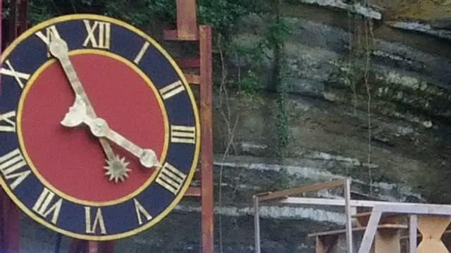 Uhr im Steinbruch