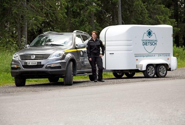 Corina Dietsch vor ihrem Dienstwagen