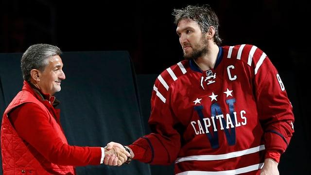 Capitals-Eigner Ted Leonsis beim Handshake mit Owetschkin.