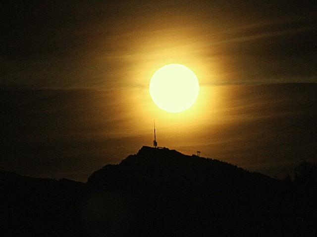 Silhouette des Niederhorns mit dem Vollmond,