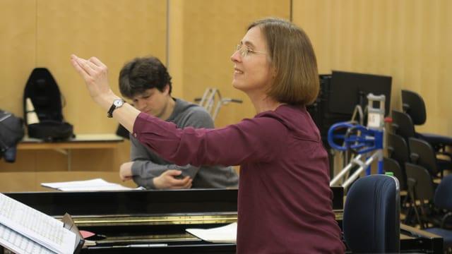 Eine Dirigentin bei der Arbeit in einem Probenraum