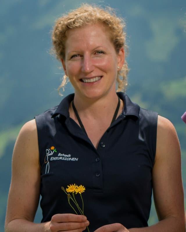 La botanicra e biologa Constanze Conradin da Ramosch.