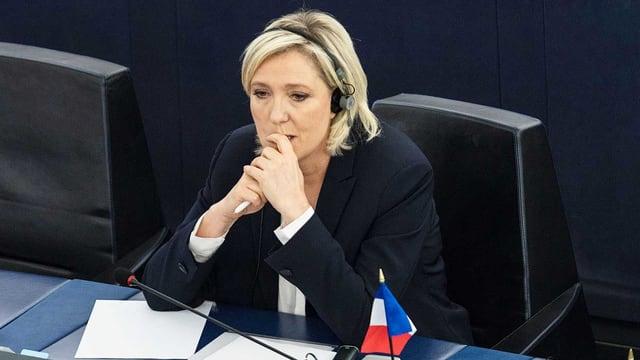 Le Pen an Pult