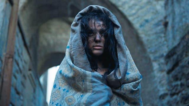 Roxane Mesquida als eine verstörte junge Frau.
