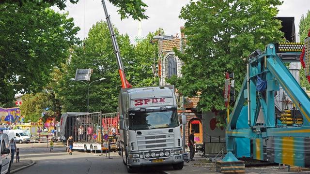 """Lastwagen mit holländischen Kennzeichen beim Geisterhaus """"Spuk"""""""
