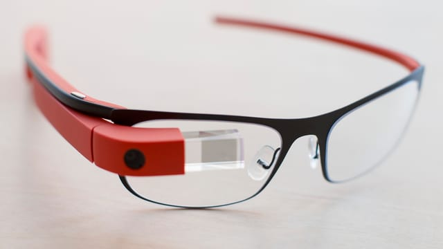 Die Google Glass Computerbrille mit einem kleinen Bildschirm über dem rechten Brillenglas.