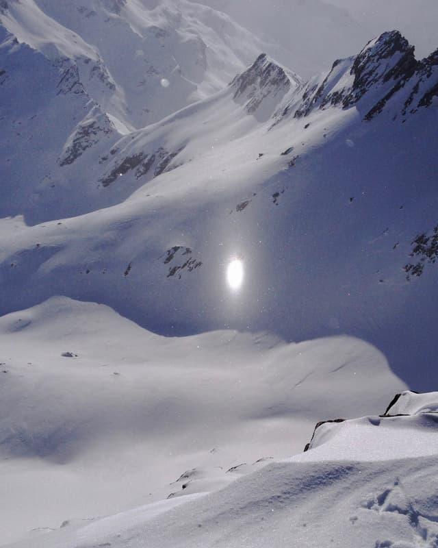 Weisser Lichtreflex vor Bergen