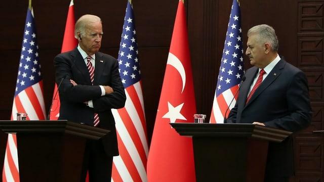 Biden und der türkische Premier Yildrim stehen sich am Rednerpult gegenüber, dahinter US- und türkische Flaggen.