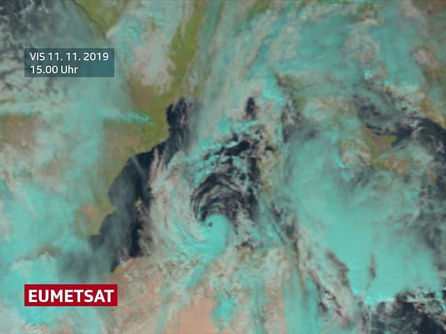 Satellittenbild einer Wolkenspirale über dem Mittelmeer.