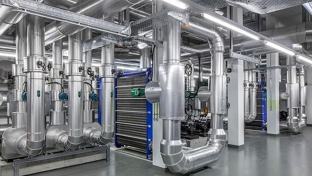 Röhrensystem in einer Industriehalle.
