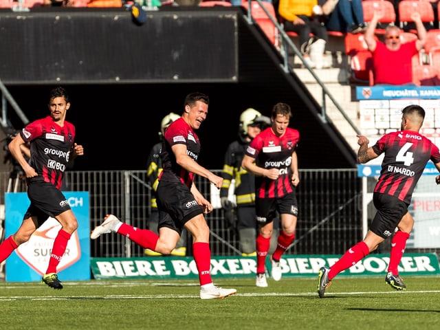 Marcis Oss (2. v.l.) bejubelt seinen Treffer zum 2:1.