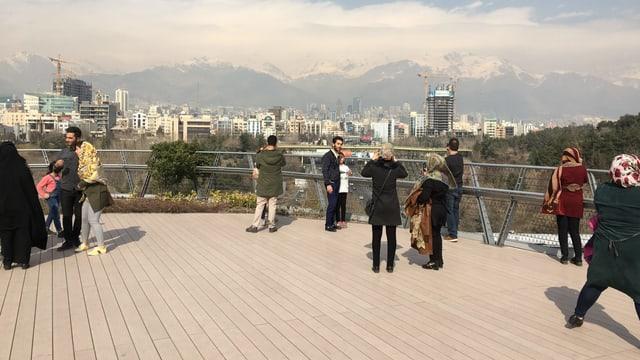 Fussgänger auf der Tabiatbrücke.