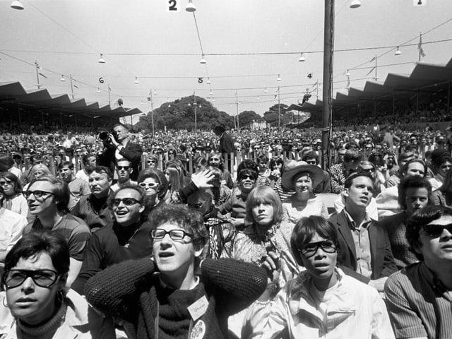 1967 sass man auch an einem Festival noch auf einer Konzertbestuhlung.