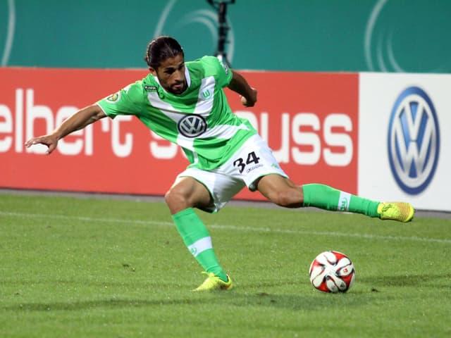 Ricardo Rodriguez behauptet den Ball in einem Testspiel von Wolfsburg.