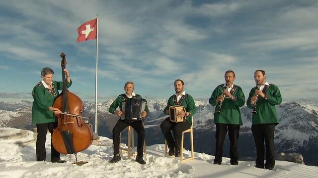 Familie Butzerin spielt vor Schweizerfahne.