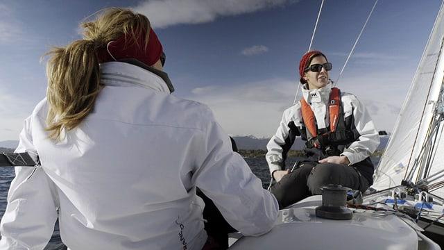 Zwei Frauem sitzen auf einem Segelboot.