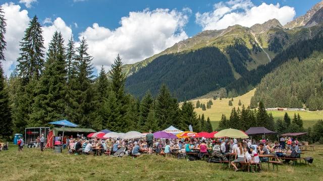 Gia baud eran tut las maisas occupadas a la festa d'Alp Falla.