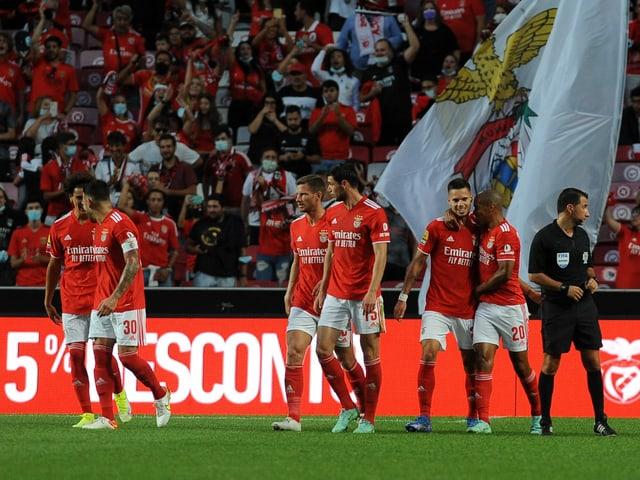 Benfica Spieler feiern ein Tor.
