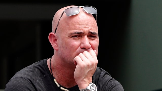 Andre Agassi mit leicht besorgter Miene.