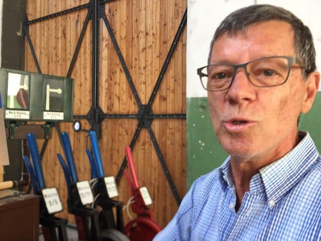 Walter Schelling aus dem Vorstand des Vereins Locorama erklärt, wie ein Stellwerk funktioniert.