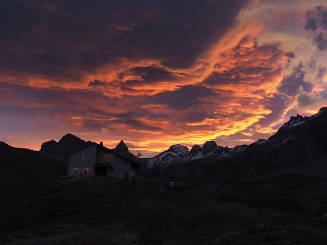 Morgenrot über den Bergen.