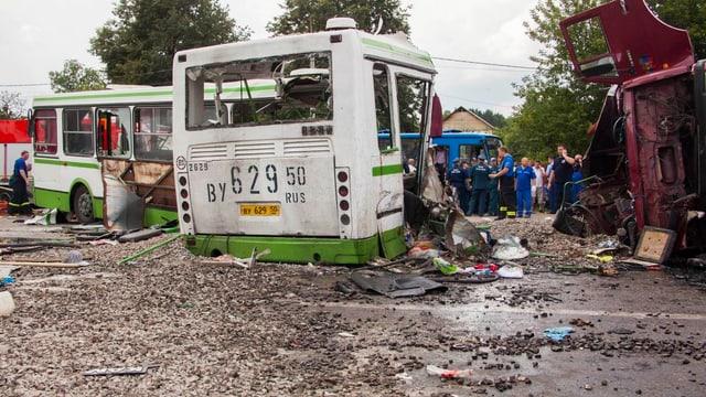 Unfallszenerie in Russland: Links der zerstörte Bus, rechts der umgekippte Lastwagen.