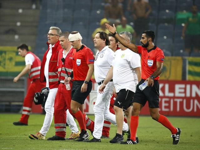 Schiedsrichter-Assistent Fredrik Klyver muss mit einem Turban vom Platz.